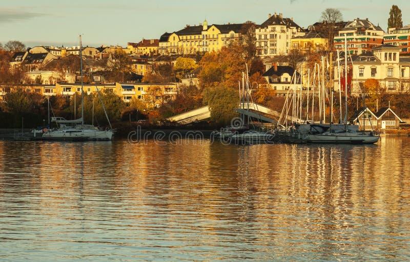 Oslo, Norwegia, Europa - widok fjord przy zmierzchem; łodzie brzeg zdjęcia royalty free