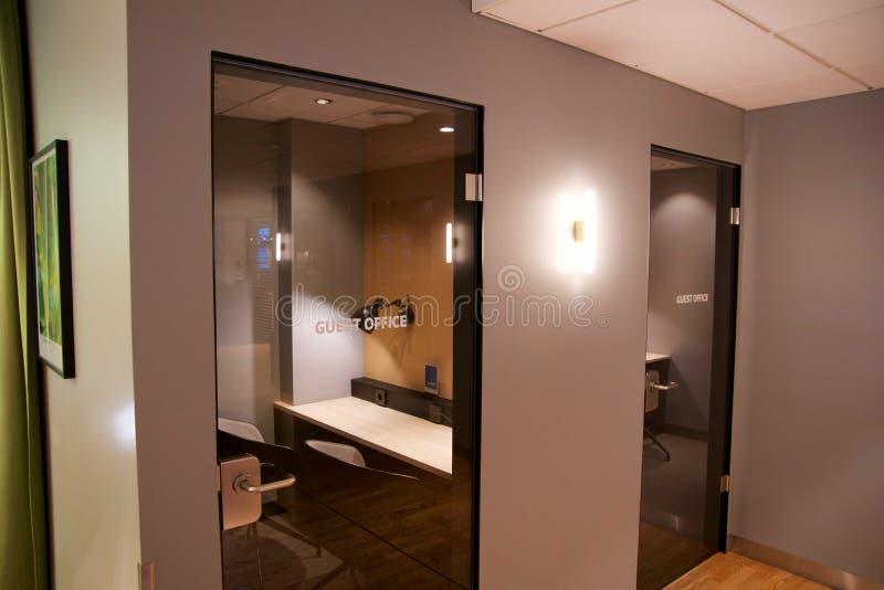 OSLO NORWEGIA, JAN, - 21st, 2017: lotniskowy klasa business holu wnętrze SAS, intymny pracujący pokój lub biuro z biurkiem, zdjęcie royalty free