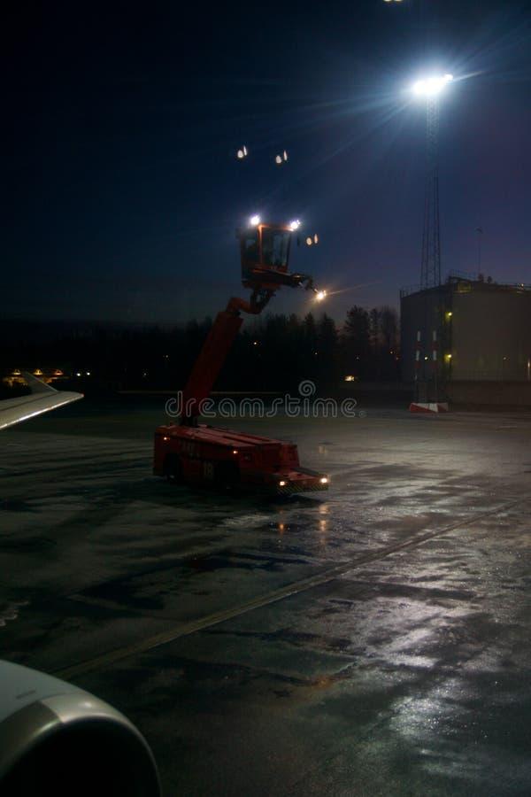 OSLO, NORWEGIA JAN 21st, 2017: Proces samolotów skrzydła odladza z antifreeze przed start podczas silnej miecielicy zdjęcia royalty free
