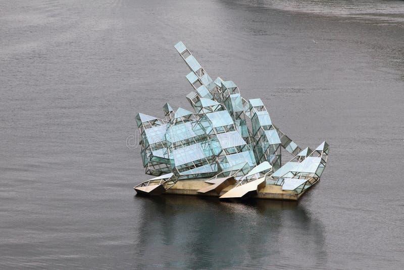 Oslo Norwegia, Jun, - 15, 2012: Abstrakcjonistycznej rzeźby kłamstwa «Ona obrazy stock