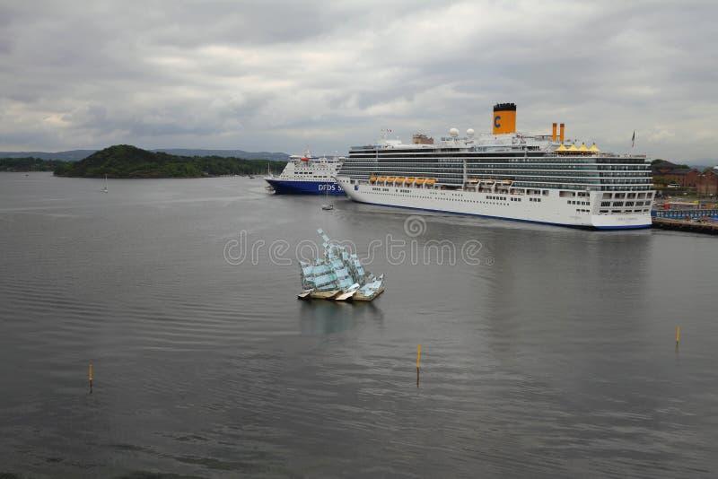 Oslo Norwegia, Jun, - 15, 2012: Wodny teren port morski i rejsu liniowiec na parking obrazy stock