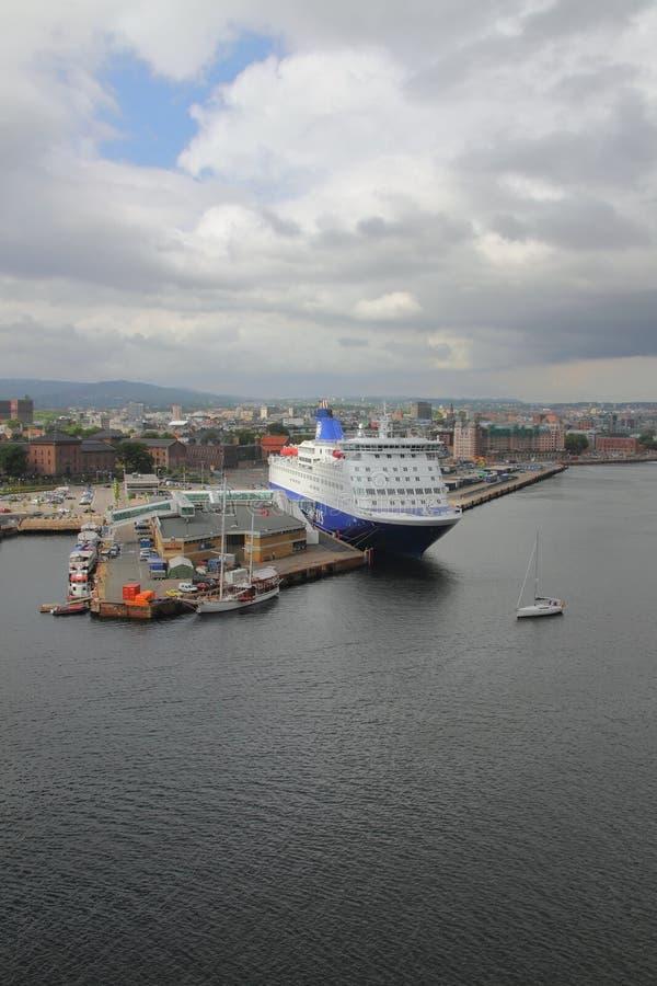 Oslo Norwegia, Jun, - 15, 2012: Zafrachtowanie prom na parking w porcie zdjęcia royalty free