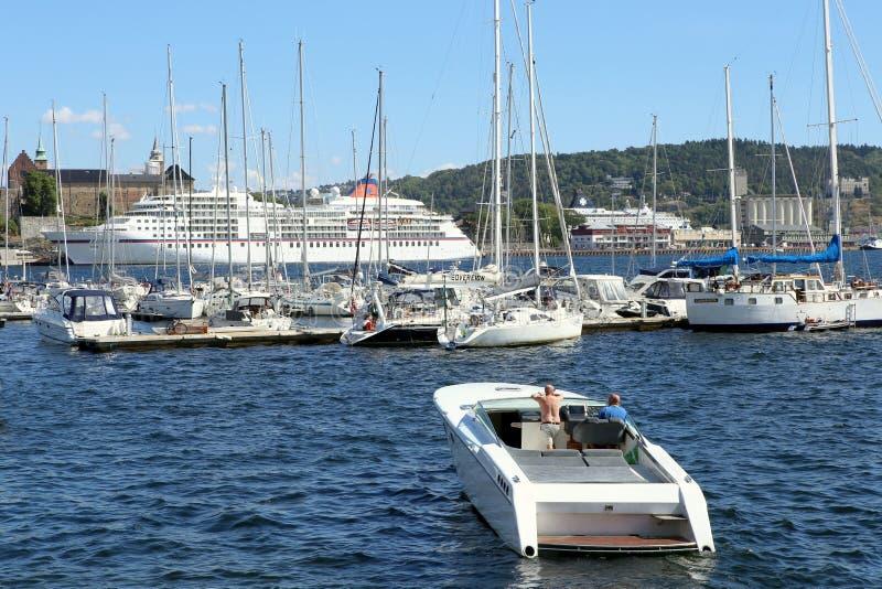 Oslo Norwegia, Lipiec, - 24, 2018: Motorowej łodzi jazda w porcie Oslo miasto obraz stock