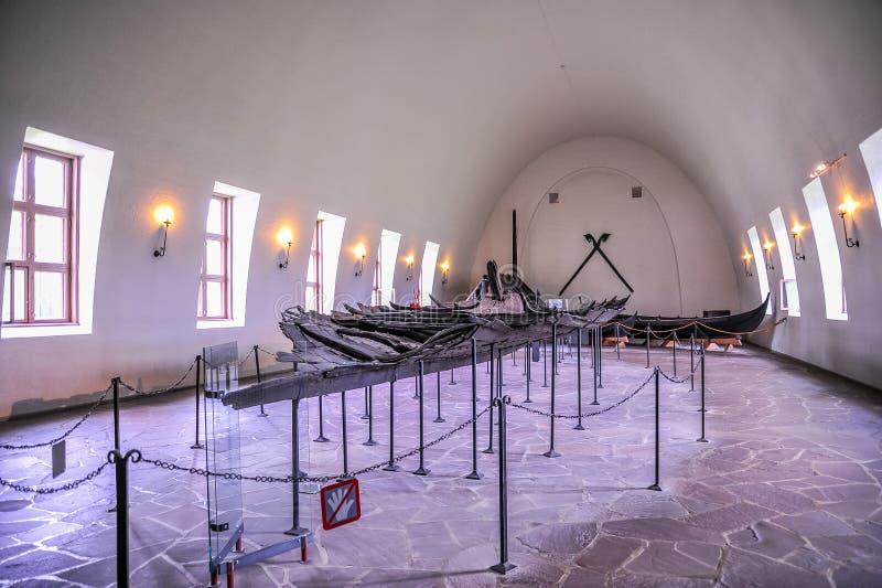 OSLO NORWEGIA, LIPIEC, - 2015: Resztki drakkar w Viking muzeum w Bygdoy Viking, Oslo, Norwegia fotografia royalty free