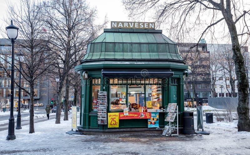 OSLO NORWEGIA, Marzec, - 16, 2018: Stary Narvesen stoisko z gazetami sklep w Eidsvollsplass, Karl Johans ulica w Oslo, buildt wew obrazy stock