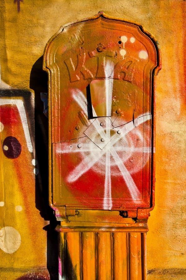 OSLO - 23. OKTOBER: Vibrierende Graffitistraßenkunst, die eine Wand a und einen Hydranten am 23. Oktober 2010 in Oslo, Norwegen b lizenzfreie stockbilder