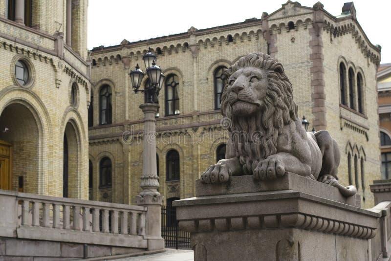 Oslo. Skulptur des Löwes stockbilder