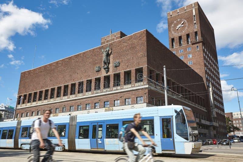 Oslo-Stadtzentrum mit Rathaus, Straßenbahn und Fahrrädern norwegen stockbilder