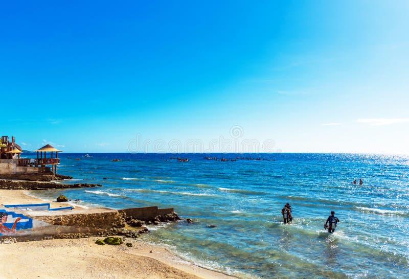 OSLOB, CEBU, FILIPPINE - 23 FEBBRAIO 2018: Vista della spiaggia e della vista sul mare di pietra Copi lo spazio per testo fotografia stock libera da diritti