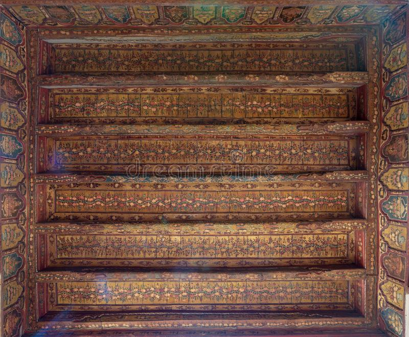 Osmańska era dekorował drewnianego sufit z złotymi kwiecistymi deseniowymi dekoracjami przy historycznym domem Egipska architektu fotografia royalty free