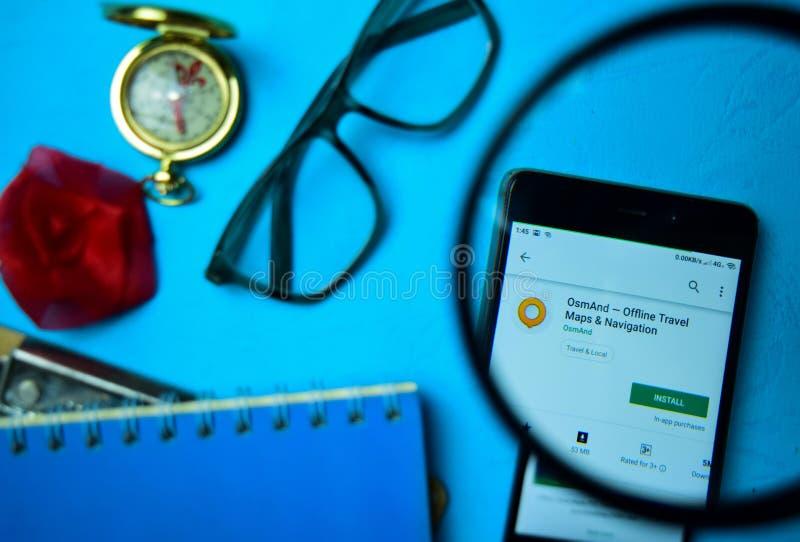OsmAnd - приложение автономного dev карт & навигации перемещения с увеличивать на экране смартфона стоковые фото
