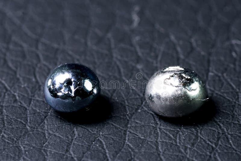 Osmium, metaalstukken voor steekproef het zwaarste metaal is osmium stock afbeeldingen