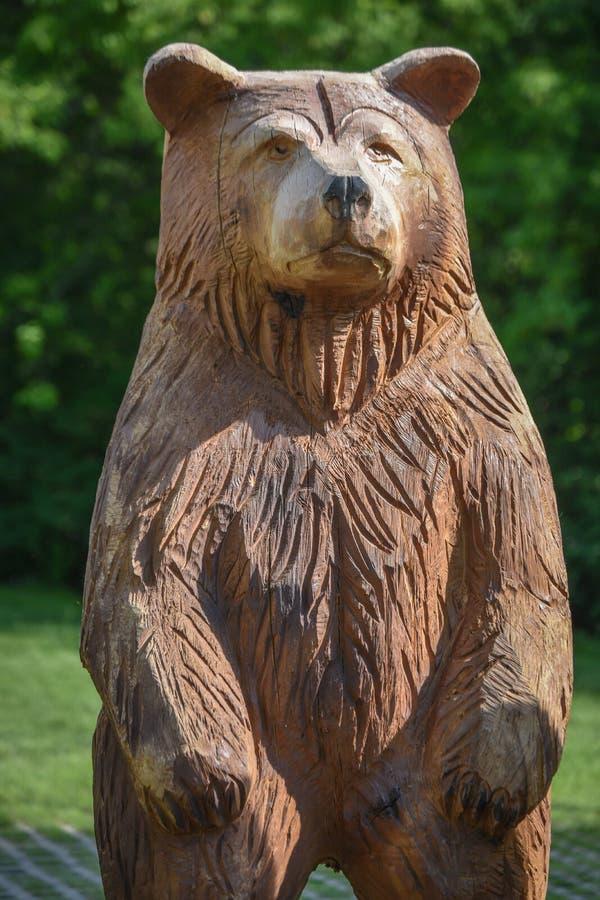 Oso de madera tallado - parque zoológico del público de Milwaukee fotos de archivo