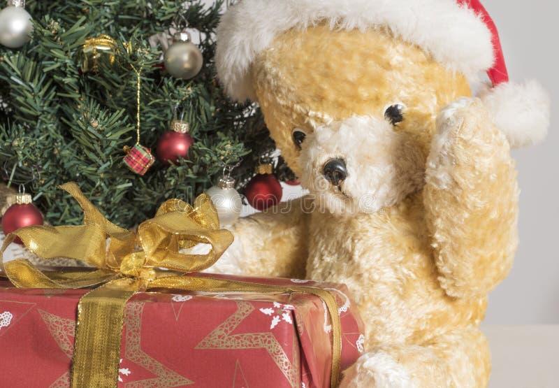 Oso de peluche amarillo con el regalo de Navidad fotografía de archivo