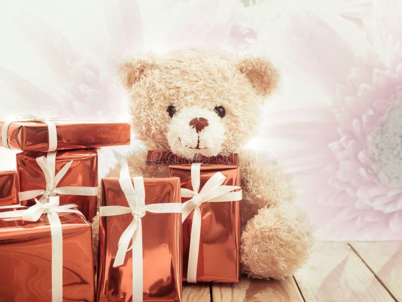 Oso de peluche de Brown con la caja de regalo roja foto de archivo