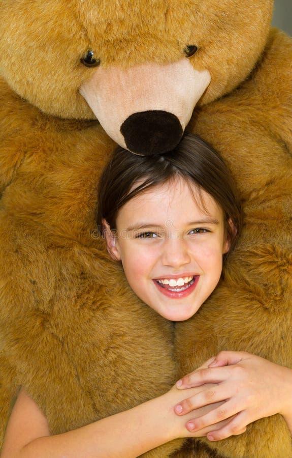 Oso de peluche del abarcamiento de la niña fotos de archivo libres de regalías