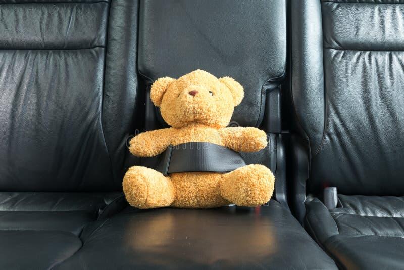 Oso de peluche sujetado en el asiento trasero foto de archivo libre de regalías