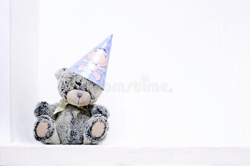 Oso de peluche y sombrero del partido foto de archivo
