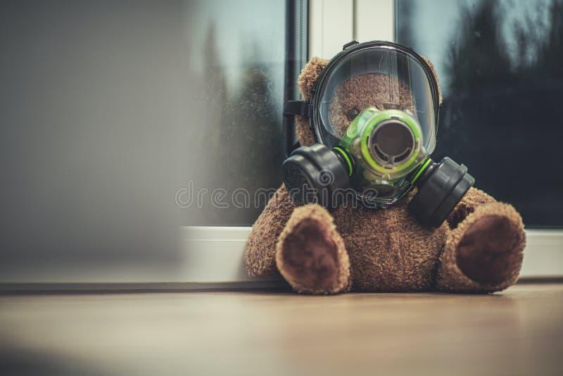 Oso De Teddy En Máscara De Gas Colocada Por La Ventana imagen de archivo