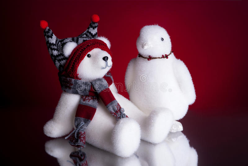 Oso polar de la Navidad y un fondo del rojo del pingüino fotografía de archivo libre de regalías