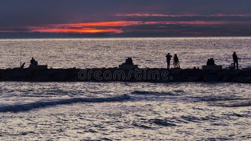 Osob życia na falezie przy zmierzchem na morzu zdjęcia royalty free