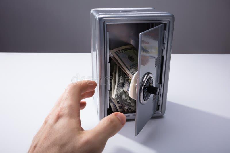 Osoba Bierze banknoty Od Otwartej skrytki obrazy stock
