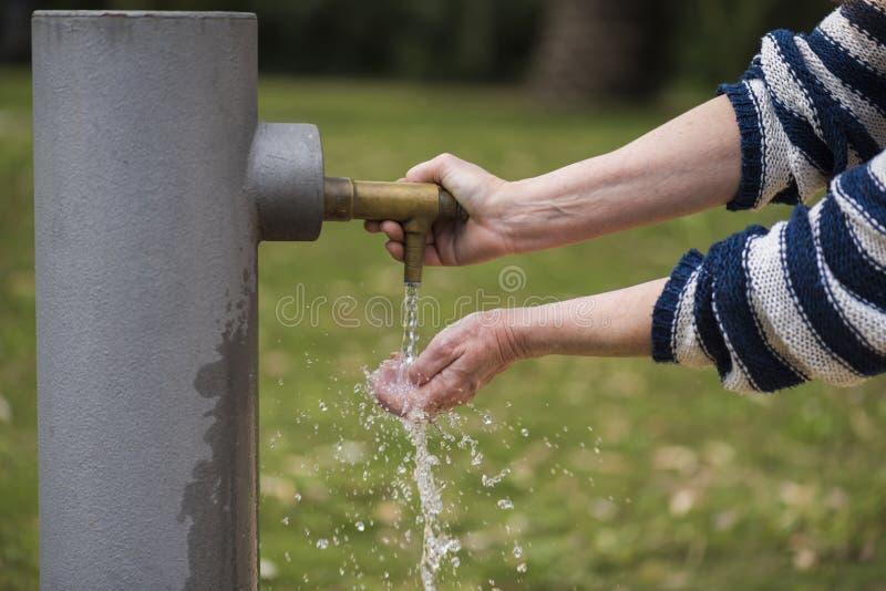 Osoba dostaje jego ręki mokre w wodnej fontannie obraz royalty free