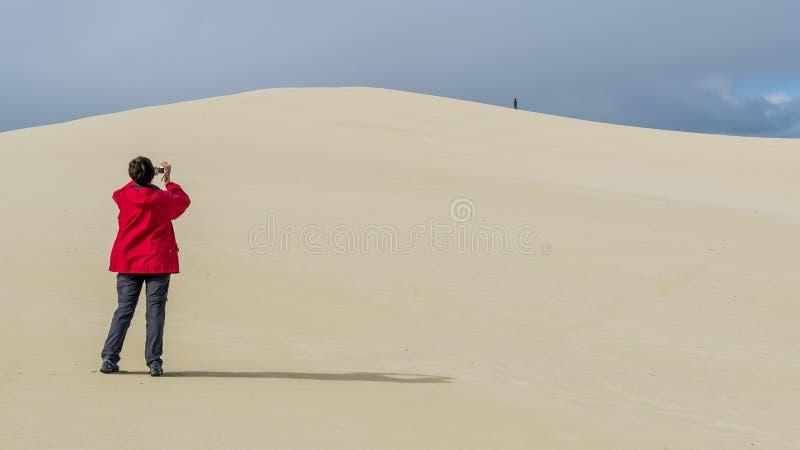 Osoba fotografuje piasek diuny Mała sahara na kangur wyspie, Południowy Australia zdjęcie royalty free