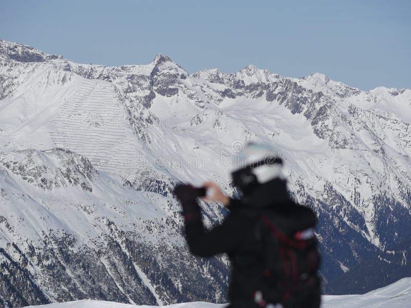 Osoba fotografuje zima krajobraz zdjęcia royalty free