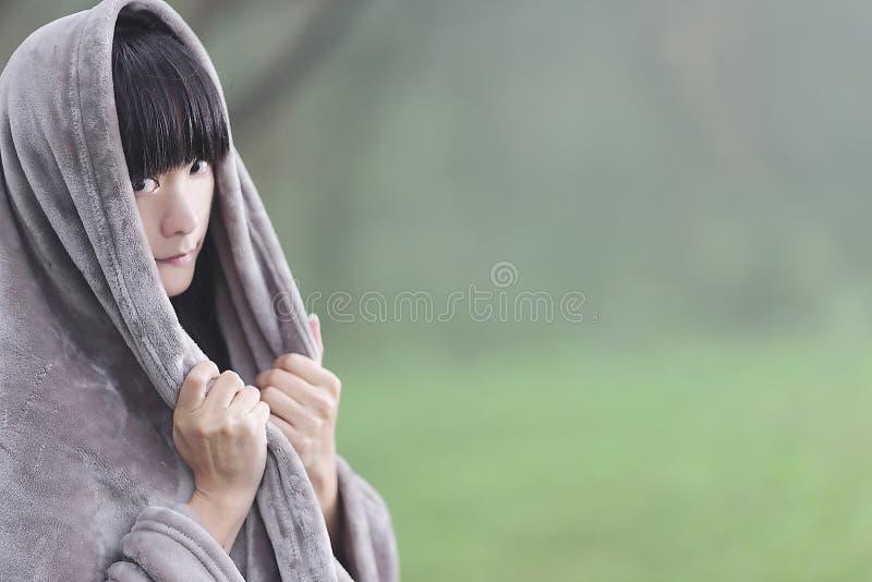 Osoba Jest Ubranym Szarego Hoodie W Makro- Obiektyw Fotografii Bezpłatna Domena Publiczna Cc0 Obraz