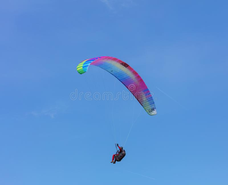 Osoba lata paraglider zdjęcie royalty free