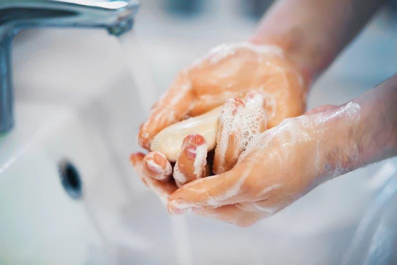 Osoba myje ręce mydłem i pianą nad zlewem zdjęcia royalty free
