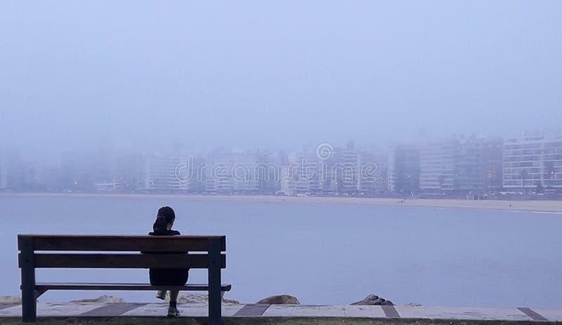 osoba obserwuje krajobraz w?w?z zdjęcie stock