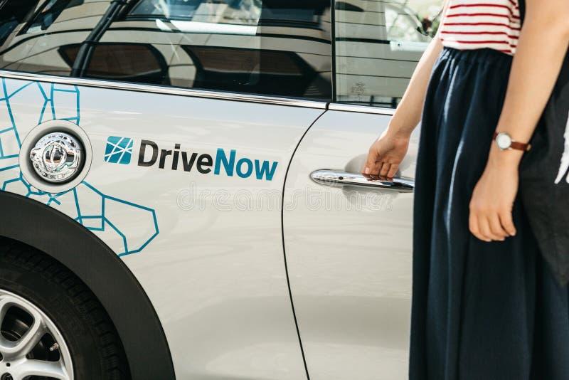 Osoba otwiera drzwi dzierżawiący BMW elektryczny samochód od firmy dzwoniącej DriveNow zdjęcie royalty free