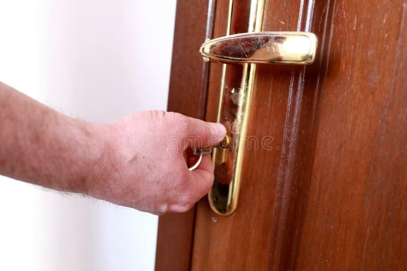 Osoba otwiera drzwiowego kędziorek z kluczem obrazy royalty free
