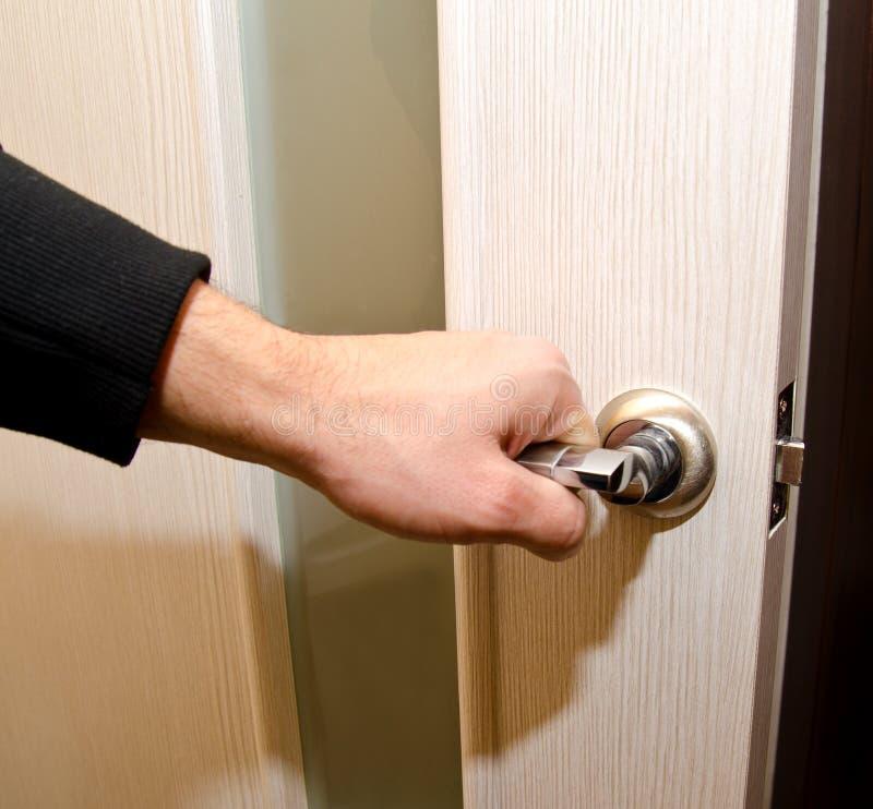Osoba otwiera interroom drzwi obraz stock