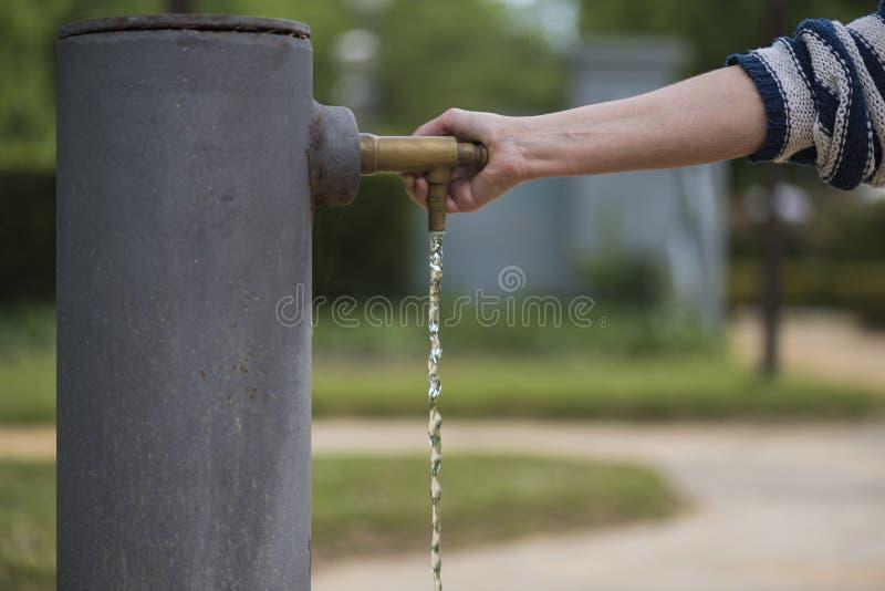 Osoba otwiera klepnięcie wodna fontanna obrazy stock
