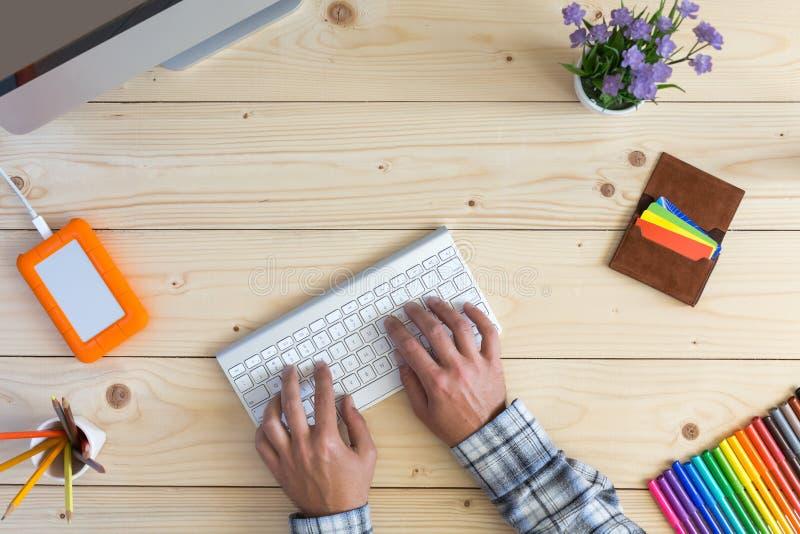 Osoba pracuje przy lekkim drewnianym Desktop widokiem fotografia royalty free