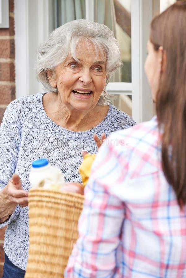 Osoba Robi zakupy Dla Starszego sąsiad zdjęcia stock