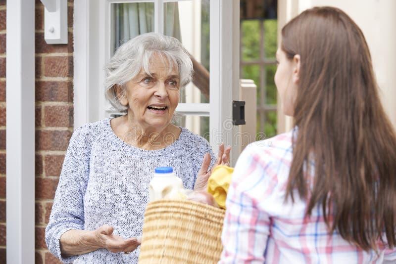 Osoba Robi zakupy Dla Starszego sąsiad zdjęcia royalty free