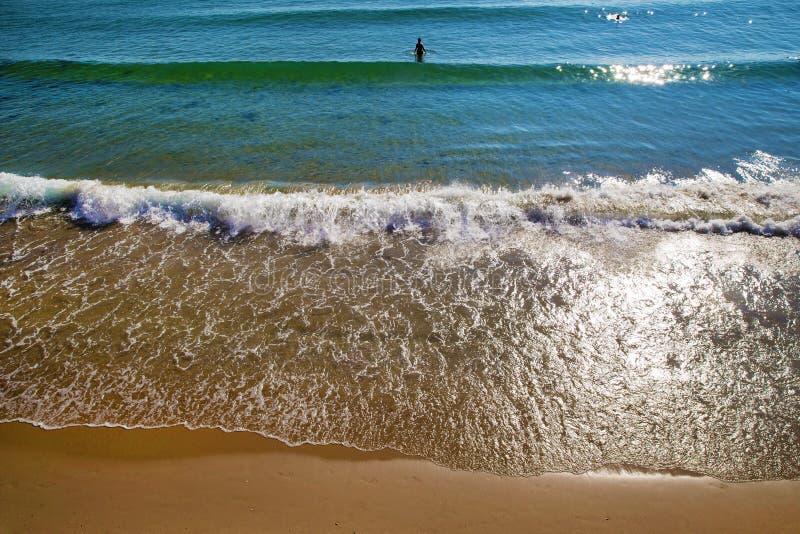 Osoba rusza się morze przy kolanową głębią fotografia royalty free