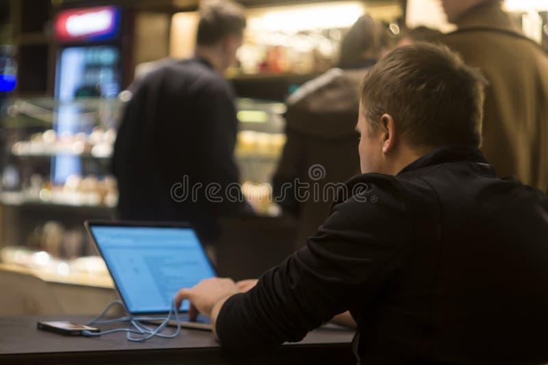 Osoba surfuje sieć przy miejscem publicznym, z ostrości obraz royalty free