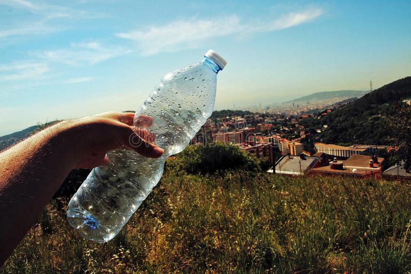 Osoba trzyma butelkę woda obraz royalty free