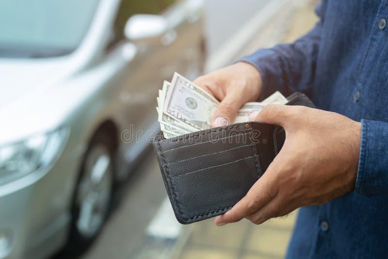 Osoba trzyma portfel w rękach wp8lywy pieniądze z kieszeń stojaka przodu samochodu przygotowywa wynagrodzenie zaliczkami - ubezpi obraz royalty free