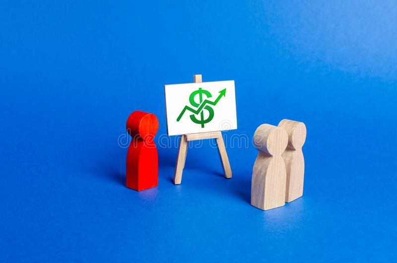 Osoba trzyma prezentację przy odprawą, dyskusja strategia biznesowa Analiza rezultaty, ewidencyjny rynek zdjęcie stock