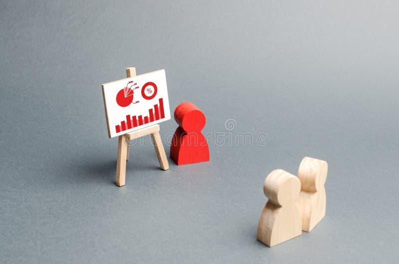 Osoba trzyma prezentacj? t?um ludzie przy odpraw?, dyskusja strategia biznesowa, analiza rezultaty fotografia stock