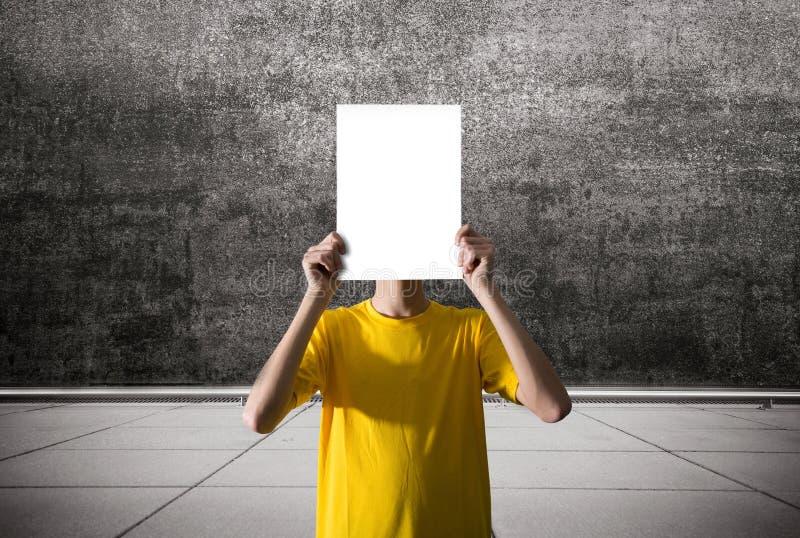 Osoba trzyma pustego prześcieradło papier obrazy royalty free