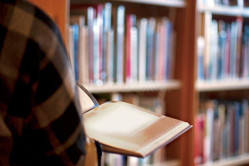 Osoba w bibliotece obrazy royalty free