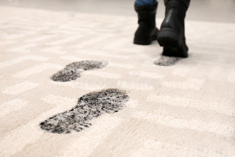 Osoba w brudnych butach opuszcza błotnistych odciski stopy obrazy stock