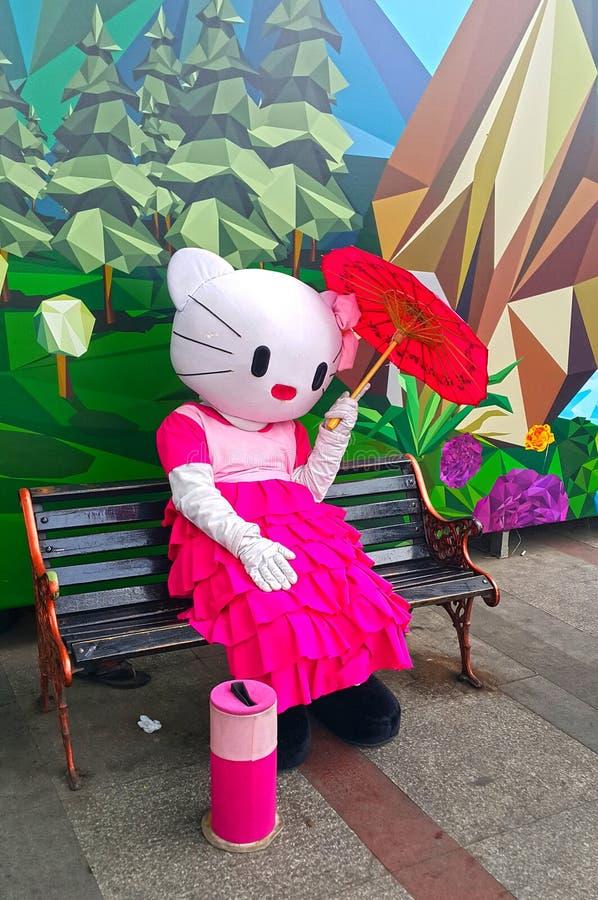 Osoba w Hello Kitty kostiumu obrazy stock